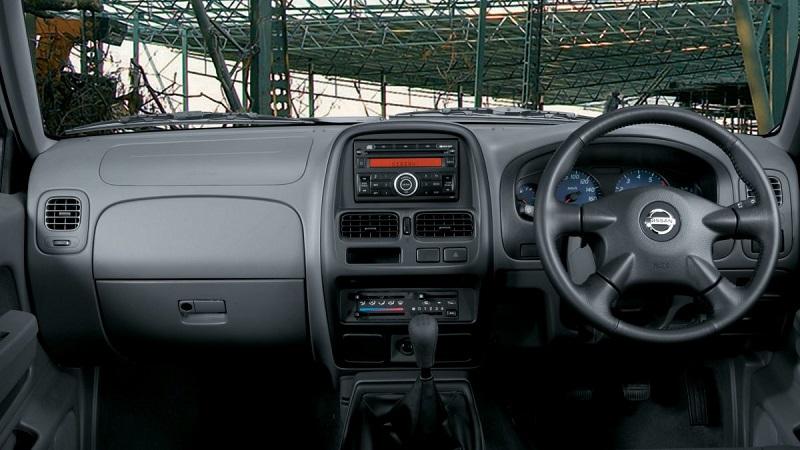 Nissan-NP300-Interior