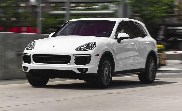 Porsche-Cayenne-2015-driving