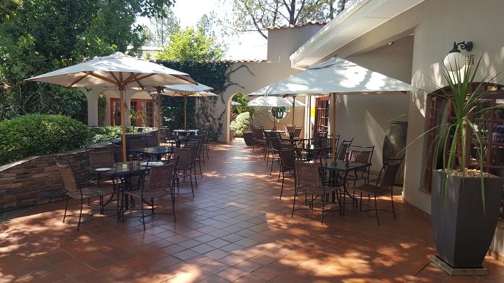 valley-lodge-patio
